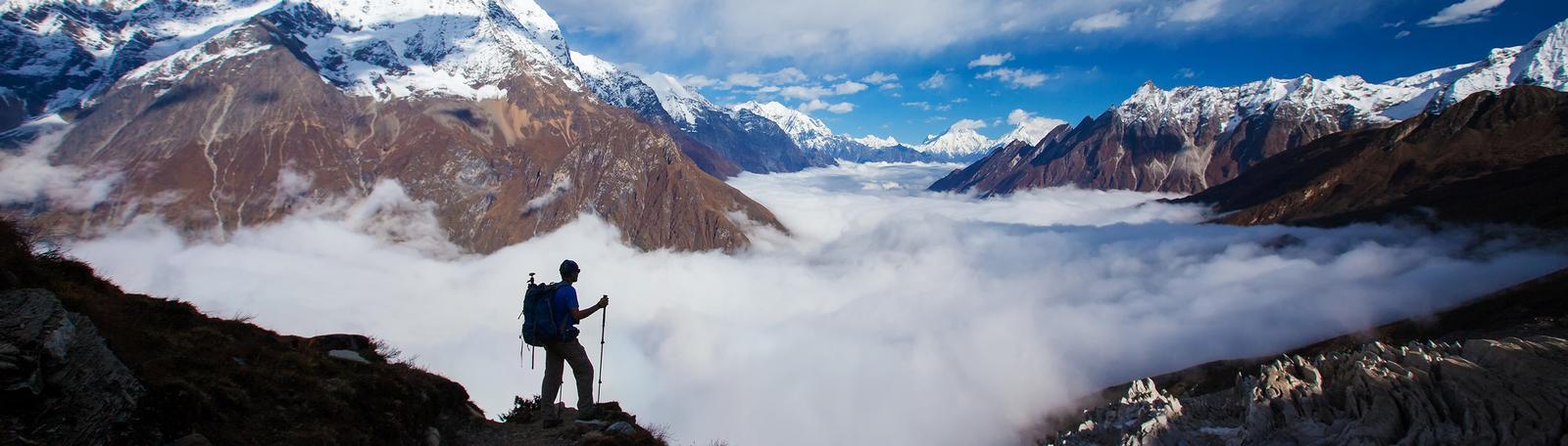 Panorama von einer Berglandschaft, die von einem Bergsteiger genossen wird