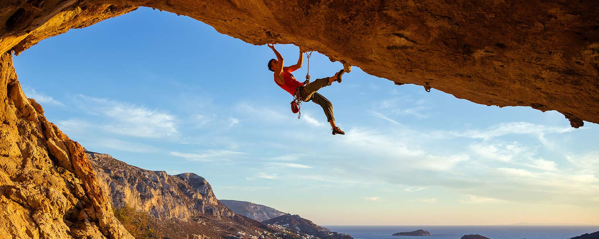Felskletterer hängt gesichert am Felsen