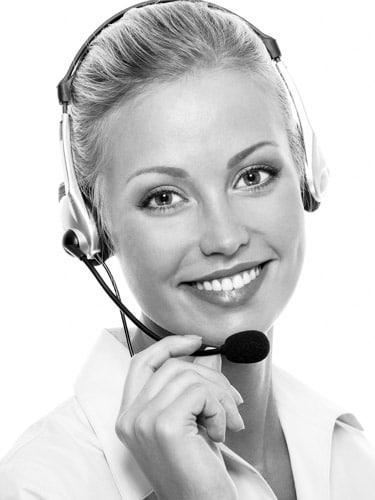 Schwarz/ Weiß Portrait von einer Frau mit einem Headset