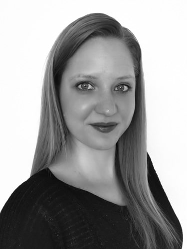 Schwarz/ Weiß Portrait von einer jungen Frau mit langen Haaren