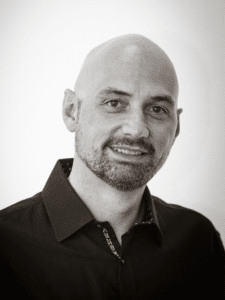 Portrait von einem Mann mit Glatze