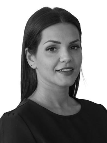 Schwarz/ Weiß Portrait von einer Frau mit langen Haaren und Mittelscheitel