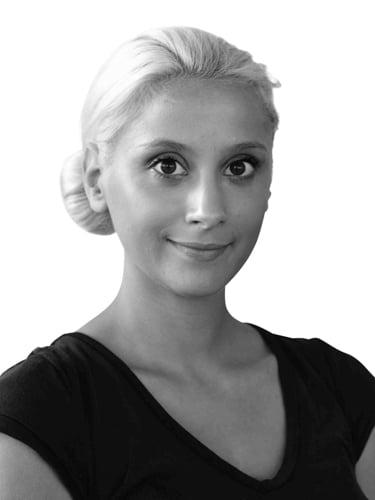 Schwarz/ Weiß Portrait von einer Frau mit blonden Haaren