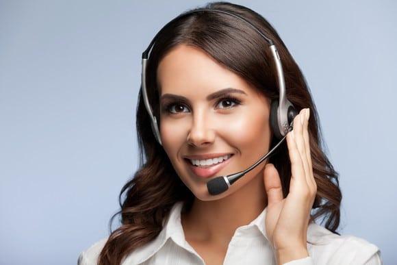 Frau mit dunklen, langen Haaren mit Headset