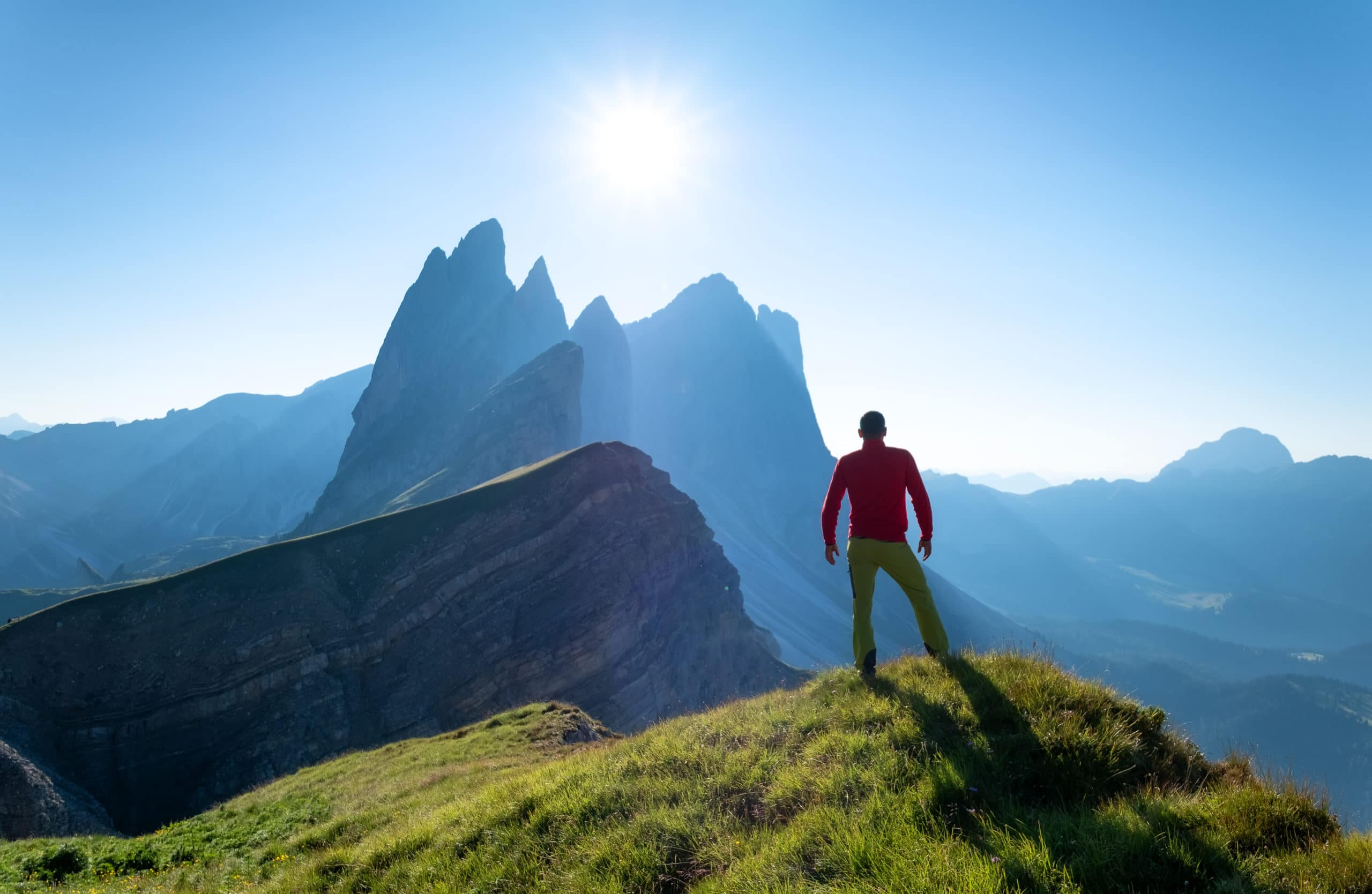Bergkletterer mit einer atemberaubenden Berglandschaft im Hintergrund