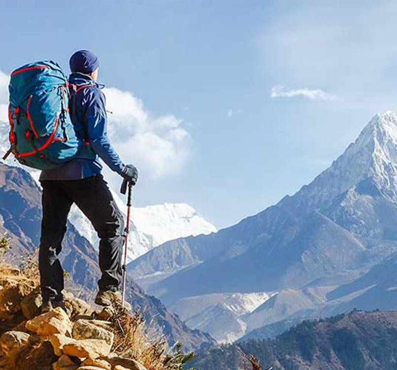 Bergsteiger mit Rucksack bestaunt wunderschöne Aussicht